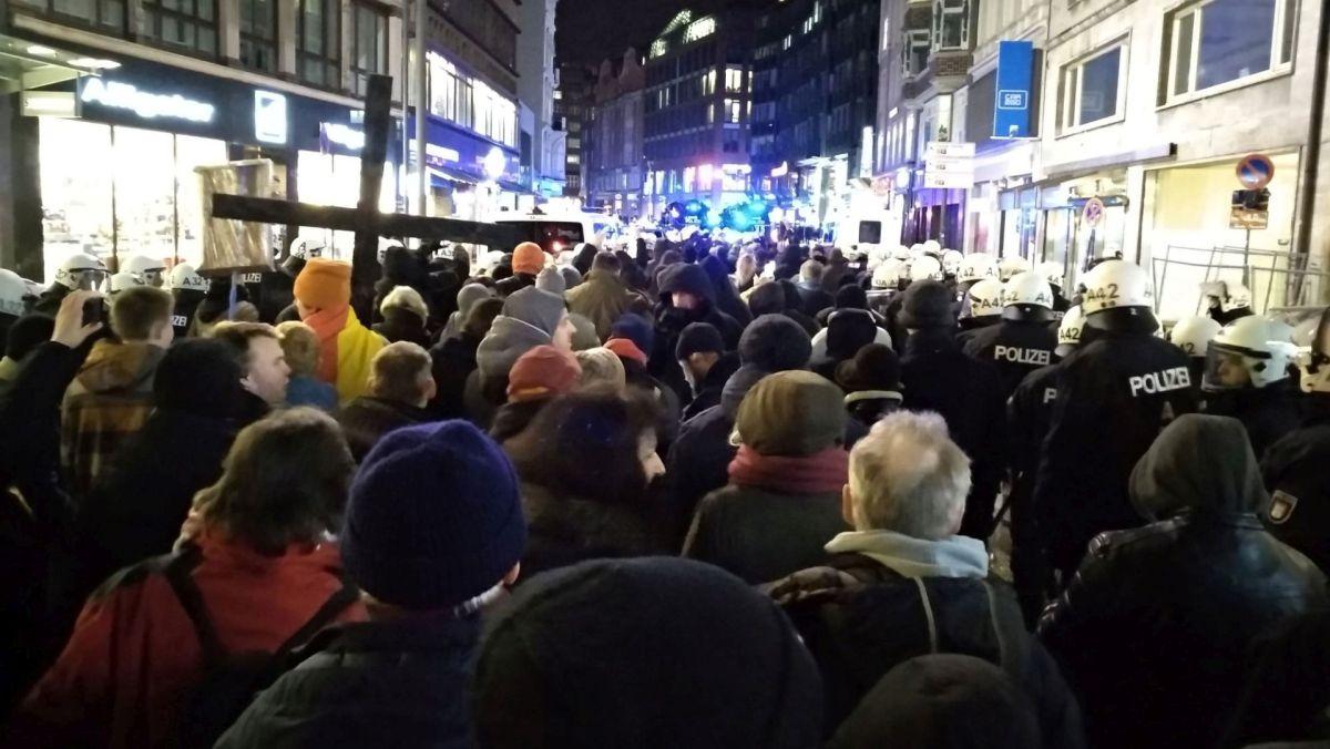 Das ist erst der Anfang, der Anfang von etwas ganz Großem - Hamburgs Merkel-muss-weg-Demo