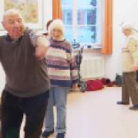 Deutsche Rentner lassen sich zu Krückstockkämpfern ausbilden