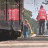 Serbe (mehrfach vorbestraft) stößt Frau womöglich aus reiner Mordlust vor den Zug